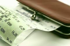 Recibo de dinheiro no fundo de uma bolsa Imagens de Stock