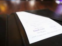 Recibo en el negocio Bill Payment que hace compras de la carpeta Foto de archivo libre de regalías