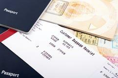 Recibo y pasaportes del equipaje de la línea aérea Imágenes de archivo libres de regalías