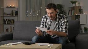 Recibos confusos de la lectura del hombre en casa almacen de video