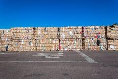 Recicl a borda da estrada das pilhas do desperdício do cartão Foto de Stock Royalty Free