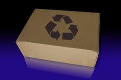 Recicl a caixa no azul refletem Fotos de Stock Royalty Free