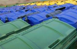 Recicl escaninhos, verde, azul e amarelo imagens de stock royalty free