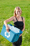 Recicl a mulher de negócios da caixa de papel no prado ensolarado imagens de stock