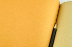 Recicl o caderno e o lápis de madeira Foto de Stock