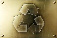Recicl o sinal no fundo de bronze brilhante foto de stock royalty free