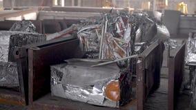 Recicl a sucata Nos carvões amassados do quadro pressionados do desperdício de alumínio vídeos de arquivo