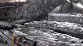 Recicl a sucata Nos carvões amassados do quadro pressionados do desperdício de alumínio video estoque