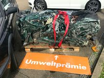 Reciclagem de carros velhos, usados, destruídos Desmontada para partes no alemão de Umweltpremie das jardas da sucata imagem de stock