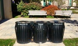 Reciclagem e escaninhos de lixo fora da construção grande Fotos de Stock