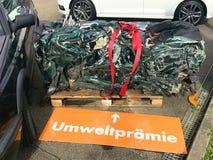 Reciclaje de coches viejos, usados, arruinados El desmontar para las partes en el alemán de Umweltpremie de las yardas del pedazo imagen de archivo