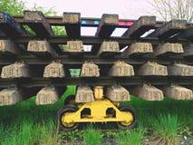 Reciclaje de la acción de la compañía Cerque la plataforma con barandilla con los carriles y los durmientes viejos extraídos Imagenes de archivo