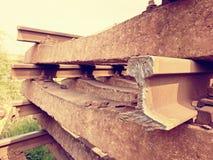 Reciclaje de la acción de la compañía Cerque la plataforma con barandilla con los carriles y los durmientes viejos extraídos Fotos de archivo