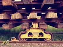 Reciclaje de la acción de la compañía Cerque la plataforma con barandilla con los carriles y los durmientes viejos extraídos Imágenes de archivo libres de regalías