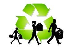 Reciclaje de la basura de la familia que lleva Imagenes de archivo