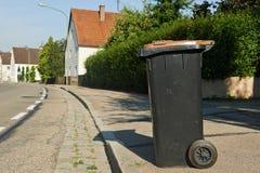Reciclaje de la basura o del cubo de la basura en pequeña ciudad foto de archivo libre de regalías