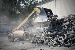 Reciclaje de la fábrica del neumático fotografía de archivo