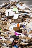 Reciclaje de la recolección de basura Un amontonamiento enorme del papel y empaquetado desmontado Imagen de archivo