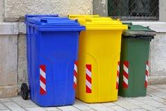 Reciclaje de los botes de basura Fotos de archivo libres de regalías