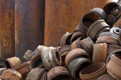 Reciclaje de pilas de centro de tubería, de metal y de otros materiales del pedazo imagenes de archivo