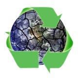 Reciclaje de símbolo sobre la tierra frágil del planeta Foto de archivo libre de regalías