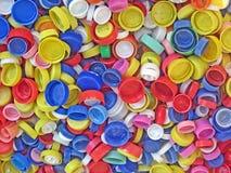 Reciclaje de una colección de casquillos plásticos coloreados Fotos de archivo libres de regalías
