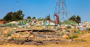 Reciclaje del recogedor de la basura que clasifica las botellas de cristal en Soweto urbano S imagenes de archivo