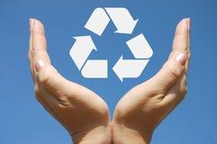 Reciclaje. Mujer que muestra el icono Imagen de archivo libre de regalías
