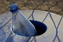Reciclaje plástico de la botella Foto de archivo