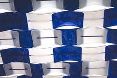 Reciclando a cadeira plástica inútil para o telhado imagem de stock royalty free