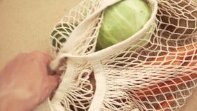Reciclando el bolso de secuencia de la malla por completo de verduras y de frutas, eco frindly ning?n concepto pl?stico 4k almacen de metraje de vídeo