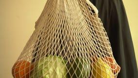 Reciclando el bolso de secuencia de la malla por completo de verduras y de frutas, eco frindly ning?n concepto pl?stico 4k metrajes