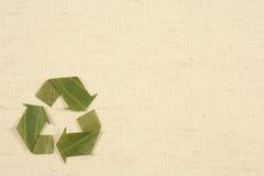 Reciclando el símbolo hecho de las hojas Imagen de archivo