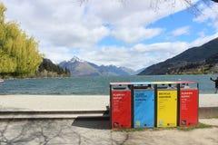 Reciclando en Nueva Zelanda, compartimientos de polvo, basura, desperdicios fotografía de archivo libre de regalías