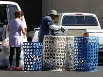 Reciclando en un centro local en Chatsworth, California Imagen de archivo libre de regalías