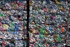 Reciclando las latas - planeta verde Fotografía de archivo libre de regalías