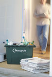 Reciclando o recipiente e a pilha das papeladas Fotografia de Stock