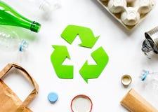 Reciclando o símbolo com desperdício na opinião superior do fundo branco Foto de Stock