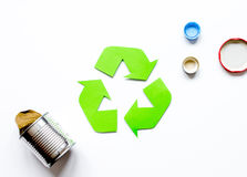 Reciclando o símbolo com desperdício na zombaria branca da opinião superior do fundo acima Fotografia de Stock