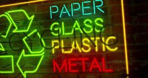 Reciclando o símbolo e os materiais de néon ilustração stock