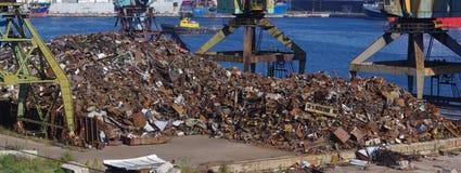 Reciclando, sucata de carregamento Rússia fotografia de stock royalty free