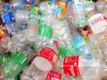 Reciclar center recolhe garrafas plásticas Fotografia de Stock Royalty Free