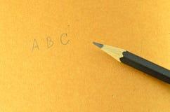 Recicle el cuaderno y el lápiz de madera Foto de archivo