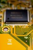 Recicle el símbolo en tarjeta de circuitos imagenes de archivo