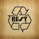 Recicle el símbolo en textura de la cartulina Foto de archivo libre de regalías