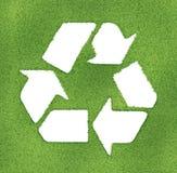 Recicle el símbolo hecho en esquemas de la hierba Imagenes de archivo