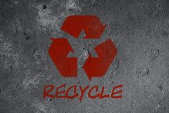 Recicle grafittis do símbolo na parede ilustração stock