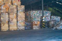 Recicle la basura de la basura y del papel de la cartulina de la industria después de clavar la máquina de embalaje hidráulica de imagen de archivo