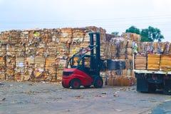 Recicle la basura de la basura y del papel de la cartulina de la industria despu?s de clavar la m?quina de embalaje hidr?ulica de fotografía de archivo