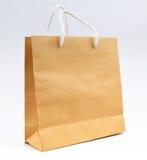 Recicle la bolsa de papel en el uso blanco del fondo para hacer compras y ahórrela Imagen de archivo